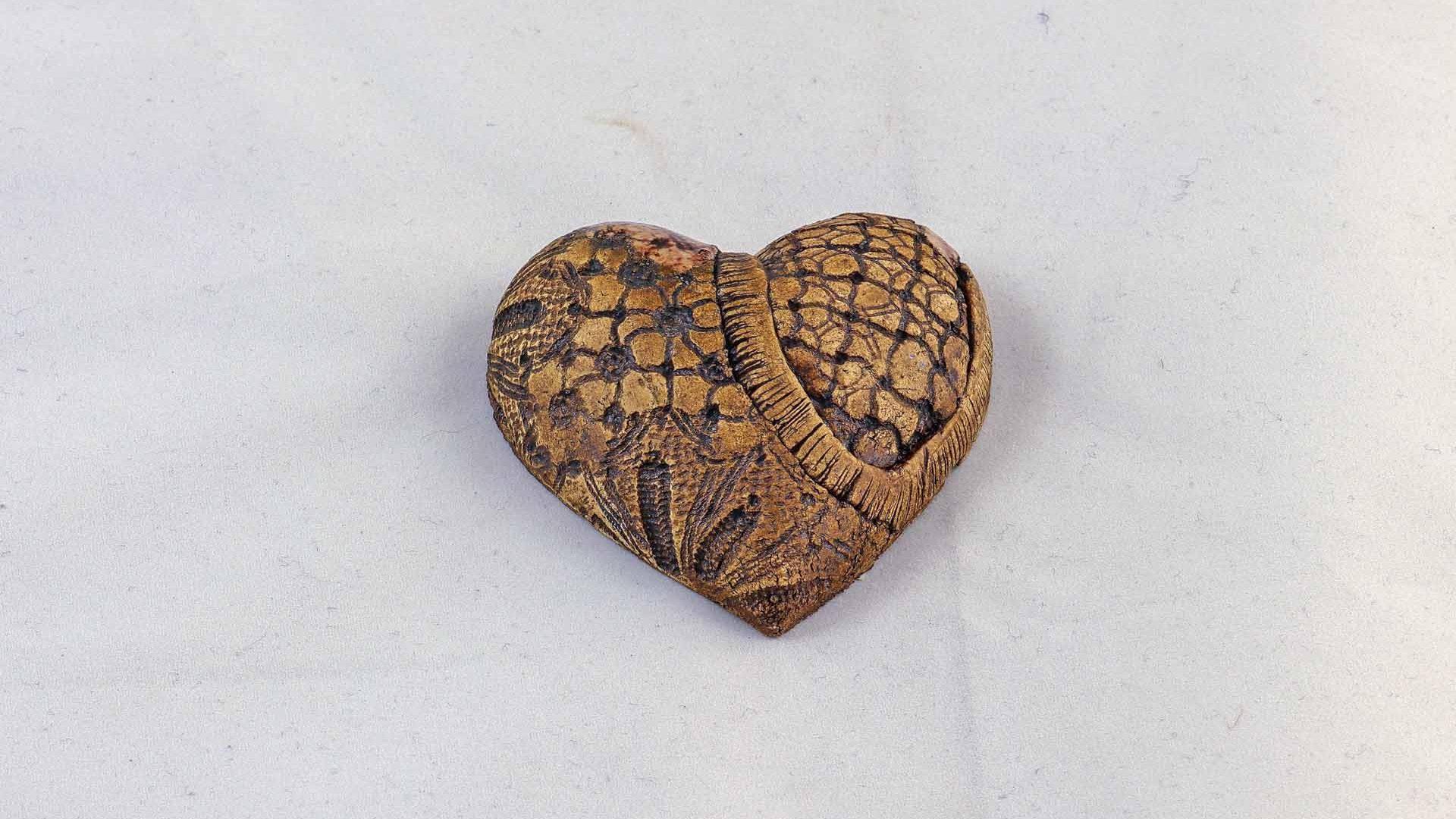 Petra Zobl Keramik - Herz Muster manganspinell