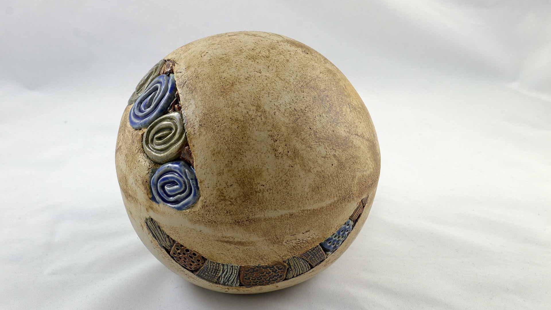Petra Zobl Keramik - Hochbrand Kugel magma braun beige saphirblau manganspinell 2